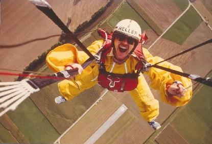 Klaus Heller bei seiner Lieblingsaktivität: Fallschirmspringen