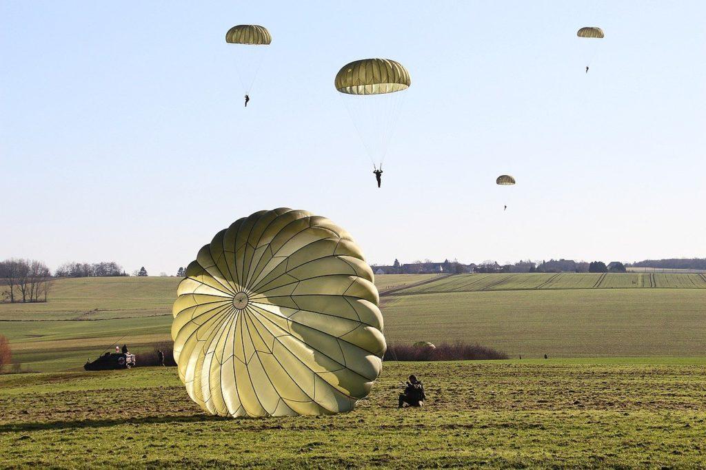 fallschirmspringer bei landung mit rundkappenschirm