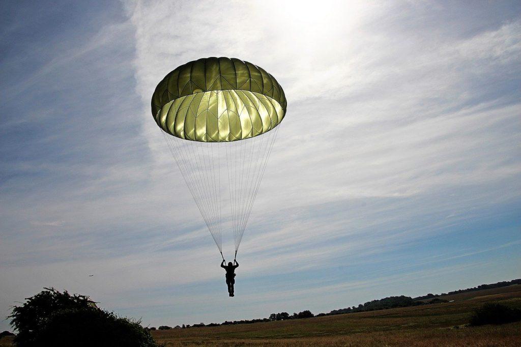 kurz vor der landung mit rundkappenschirm