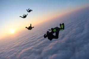 sprung über den wolken mit sonne